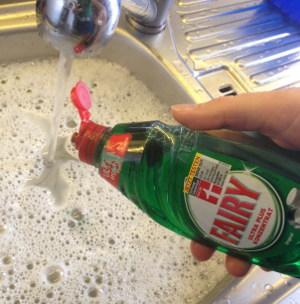 Spülmittel wird dem Abwaschwasser zugegeben