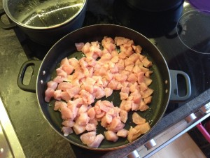 Putengulasch, frisch der Pfanne hinzuzugefuegt