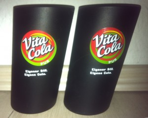 Zwei schwarze schräge Gläser Vita Cola Pur